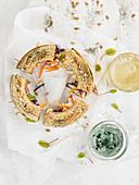 Körner-Ringbrot belegt mit Gemüse, Hummus und Spirulina-Creme