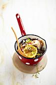 Rotbarben-Cassolette mit schwarzen Oliven und Zitrone