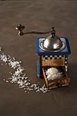 Kokosraspel in Schublade einer manuellen Vintage-Kaffeemühle