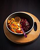 Gemüsesalat mit gedämpften Karotten, Rote-Bete und Gewürzen
