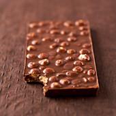 Eine Tafel Milchschokolade mit Erdnüssen