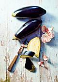 Frische Auberginen und Knoblauch