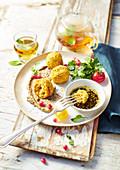 Linsenbällchen aus Korallenlinsen mit Hummus und Zatar-Sauce