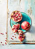 Granatapfel, ganz und aufgebrochen