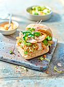 Brötchen-Sandwich mit Huhn, Bohnen, Chinakohl und Mayonnaise