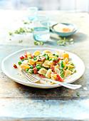 Orecchiette Carbonara mit Pancetta, grünem Spargel und Erbsen