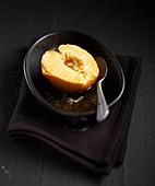 Halber Bratapfel mit Butter und Karamell
