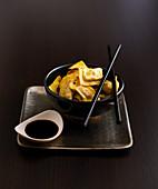 Gegrillte Ravioli mit Sojasauce (Asien)