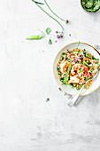 Salat mit Perlcouscous, Garnelen und Erbsen
