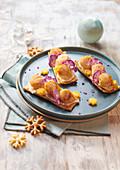 Weihnachtliche Cracker-Häppchen mit Jakobsmuscheln und Blumenkohl