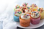 Cupcakes dekoriert mit Zuckerguss und bunten Fruit Loops