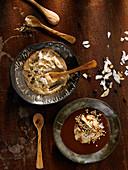 Kakao-Smoothie mit Erdnusseis