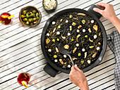 Paella mit schwarzem Reis