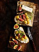 Brote belegt mit Gorgonzola, Feigen und Trauben
