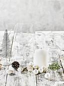 Weihnachtliche Tischdeko in Weiß mit Kerze und Kugeln