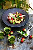Sommersalat mit zweierlei Pfirsichsorten, Erdbeeren und Basilikumsauce