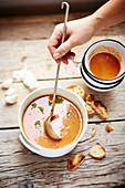 Französische Fischsuppe mit Brotchips