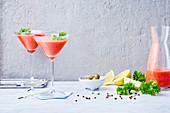 Roter Smoothie mit Wassermelone, Tomate und Sechuan-Pfeffer