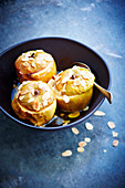Baked apples with almonds
