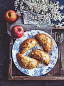 Rustikale Apfeltaschen mit Mandelblättchen