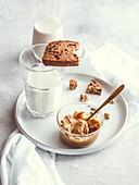 Chocolate Chip Cookie mit Haselnussaufstrich zum Glas Milch