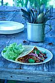 Tortillafladen gefüllt mit Chili con Carne fürs Camping