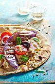 Pita mit Gemüse und Hummus