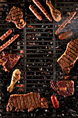 Wurst, Geflügel und Fleisch auf dem Grillrost