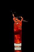 Ein spritzender Erdbeer-Cocktail