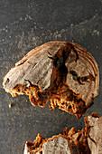 Vollkorn-Rosinenbrot, aufgebrochen