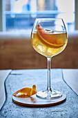 Ein Cocktail mit Blutorangenschnitz
