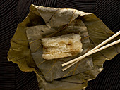 Reis in Bananenblättern gekocht (Asien)