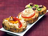 Kleine Sandwiches auf Bruchetta-Art