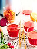 Gemüsesaft mit Rote-Bete und Radieschen