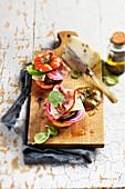Tomaten-Burger mit gegrillter Aubergine, Chioggia-Bete, Speck und Pecorino