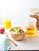 Frühstück mit Müsli, Tee, Saft und Obst