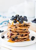 Ein Stapel Blaubeer-Pancakes mit Honig