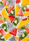 Früchte in geometrischen Formen als Kuchenbelag (Nahaufnahme)