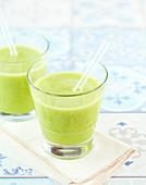 Detox-Getränk mit Apfel, Kiwi, Sellerie- und Gurke