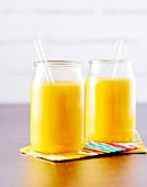 Fruchtsmoothie mit Mango, Melone, Ananas und Passionsfrucht
