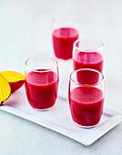 Rote-Bete-Saft mit Mango, Ananas und Orange