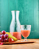 Frisch gepresster Saft mit Trauben, Birnen, Litschi und Maca