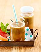 Frisch gepresster Saft mit Apfel, Pampelmuse, Gurke, Minze und Chlorella