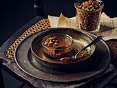 Schokoladenmousse mit Müsli-Topping
