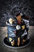 Schwarze Geburtstagstorte mit Grusel-Dekoration