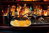 Champagner-Bowle in Glasgefäß auf Bartheke