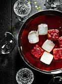 Manhattan Cocktail Soup mit Eiswürfeln