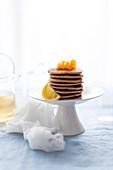 Ein Stapel Buchweizenpfannkuchen mit Zitrusfrüchten