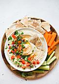 Hummus mit Pita und Gemüse zum Dippen