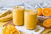 Mangosmoothie mit Banane, Orange und Kurkuma